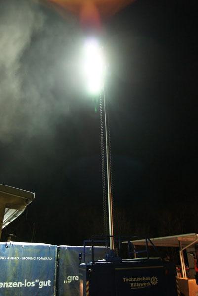 Die Fachgruppe Beleuchtung des THW-Ortsverbandes Ahrensburg beleuchtete mit ihrem Großraumbeleuchtungsgerät LiMa und mehreren Stativscheinwerfern die Einsatzstelle weiträumig.