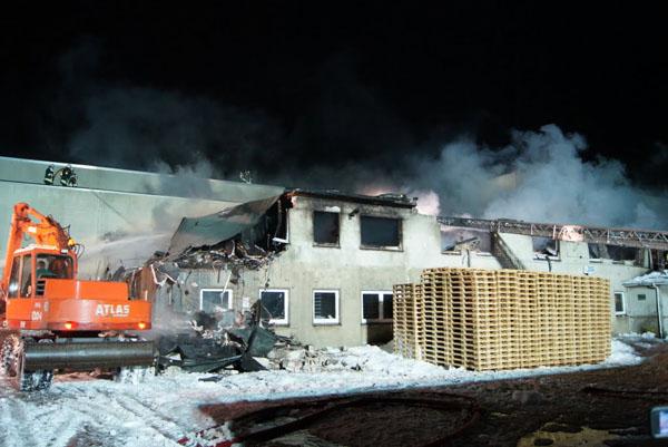 Ausgebrochen war das Feuer in einem zweigeschossigen Gebäudetrakt.