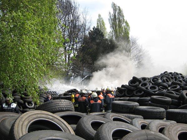 Beim Eintreffen an der Einsatzstelle, hatte die Feuerwehr dein Reifenhaufen oberflächlich abgelöscht.