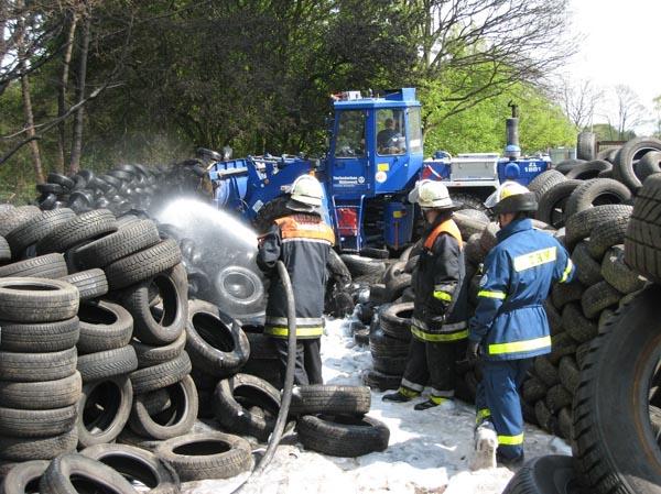 Mit dem Radlader wurden die Reifen auseinander gefahren, um an die tiefer gelegenen Glutnester zu gelangen.
