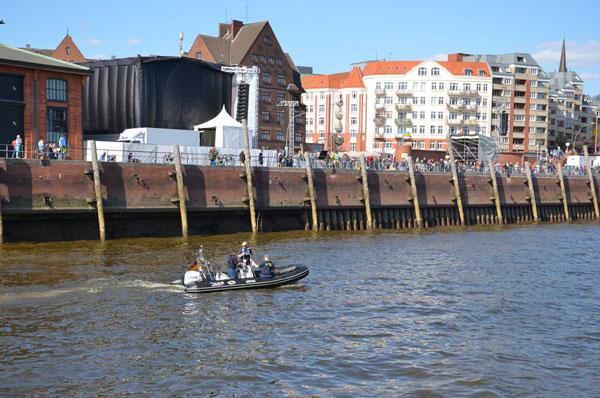 Unsere Bootsgruppe stand während des Eröffnungsgottesdienstes am Fischmarkt für eventuelle Notfälle bereit.