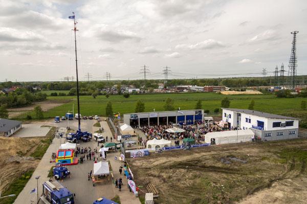 """Über 4.500 Gäste kamen am 1. Mai zur neuen Unterkunft des THW Norderstedt, um bei strahlendem Sonnenschein die 19. """"THW Maischolle"""" zu feiern."""