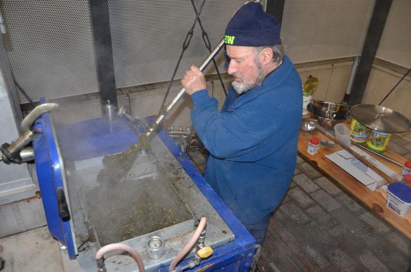 Klaus Griem erhielt nicht nur eine Ehrenurkunde für sechzigjährige Mitarbeit im Technischen Hilfswerk, er begann auch traditionell schon mittags mit dem Kochen des Grünkohls im Feldkochherd.