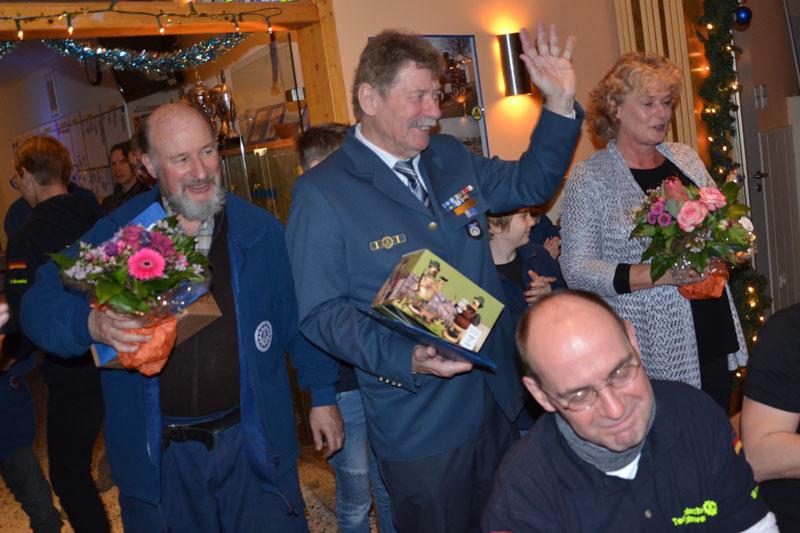 Klaus Griem und Dietwald Jager erhielten Präsente der Helfer.