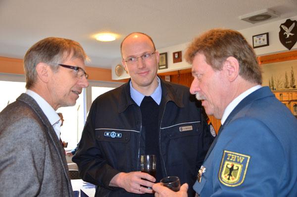 Bernd Mencke von der Beiersdorf AG, einer der eingeladenen Arbeitgeber, mit Zugführer André Stemman und dem Ortsbeauftragten Dietwald Jager.