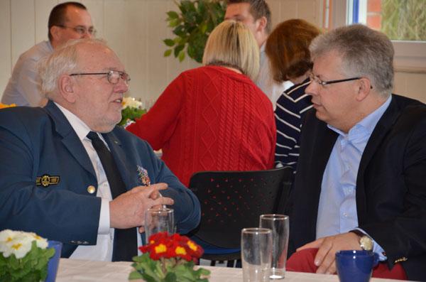 THW-Landessprecher Bernd Balzer im Gespräch mit Jan Quast (SPD), Mitglied der Hamburgischen Bürgerschaft.