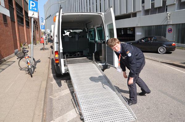 Mit Behindertentransportkraftwagen werden Menschen mit Mobilitätseinschränkung zu den Veranstaltungsorten gefahren.