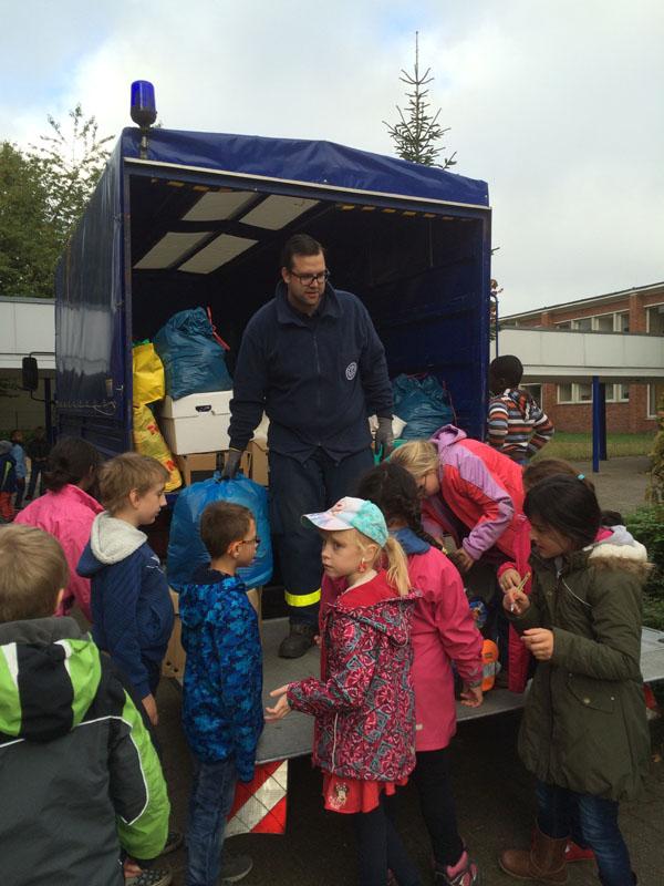 Robert Braun nimmt die Spenden von Schulkindern entgegen.