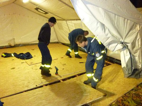 Die Zelte wurden mit einem Holzfußboden ausgestattet.