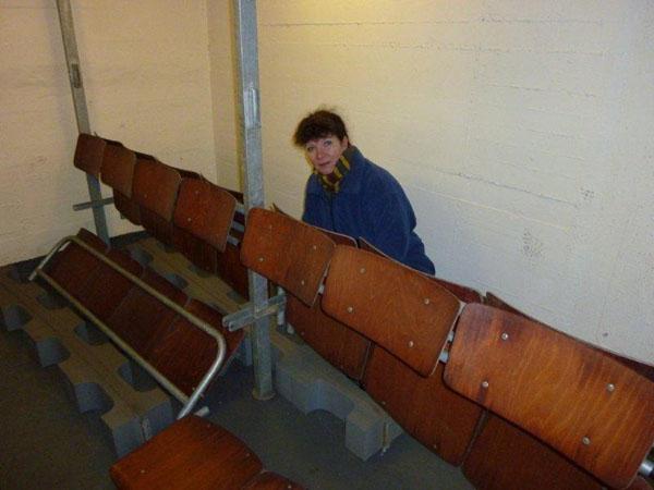 Demontage von Sitzbänken und die Einlagerung in einem Nebenraum.