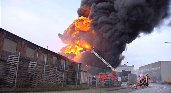 Die Flammen schlagen bis zu 50 Meter in die Luft.