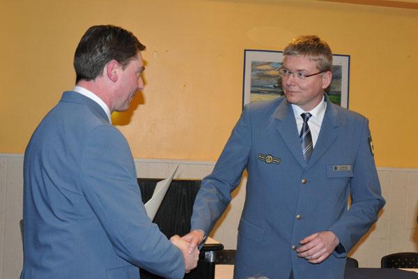 Landesbeauftragter Dierk Hansen verlieh er Jörg Behling im Namen des THW-Präsidenten das THW-Ehrenzeichen in Bronze.