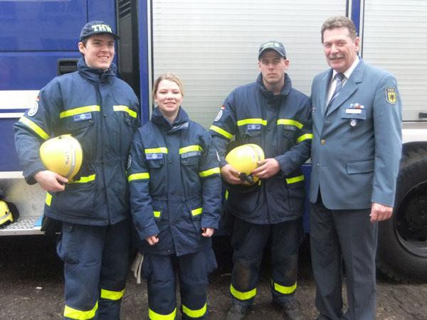 Nun Helfer im Ortsverband Hamburg-Nord: Frederik Wesemann, Juliane Ramm und Kevin Seidel mit dem Ortsbeauftragten Dietwald Jager.