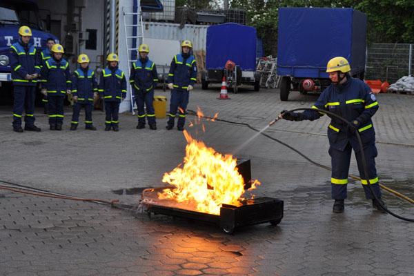 """Zuerst wurde ein """"Monitorbrand"""" mit dem Wasserschlauch gelöscht."""