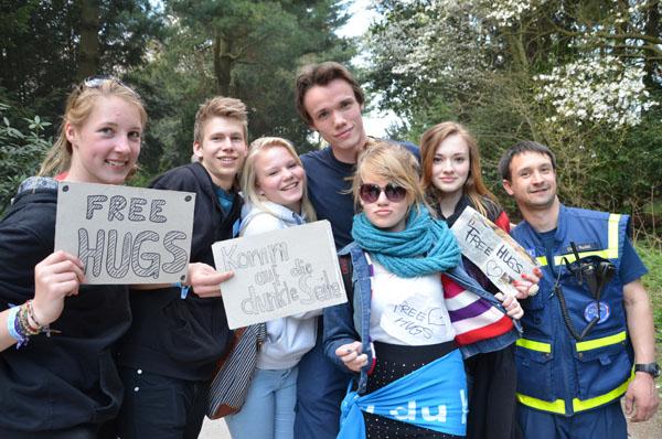 """Schon beim Aufbau der Beleuchtung begegneten ihnen jungen Damen mit """"Free Hugs""""-Schildern, die ihnen etwas Aufmerksamkeit zukommen ließen."""