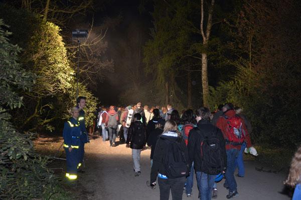 Nach Konzertende bedankten sich viele Besucher beim Vorbeigehen für die Beleuchtung des Weges.