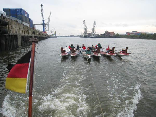 Die Drachenboote werden von Hansahafen in den Grasbrookhafen geschleppt.