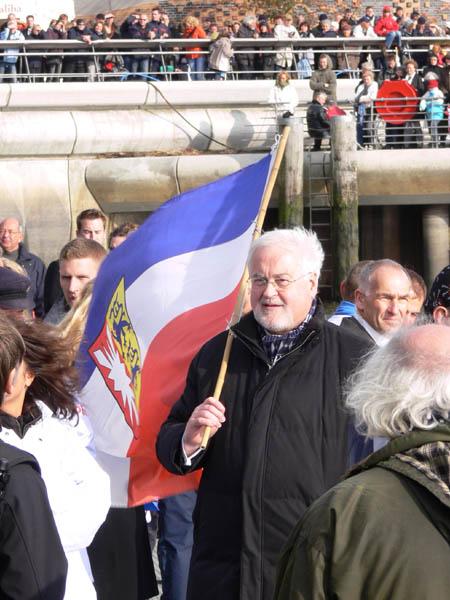 Schleswig-Holsteins Ministerpräsident Peter Harry Carstensen feuert sein Team mit Landesflagge an.
