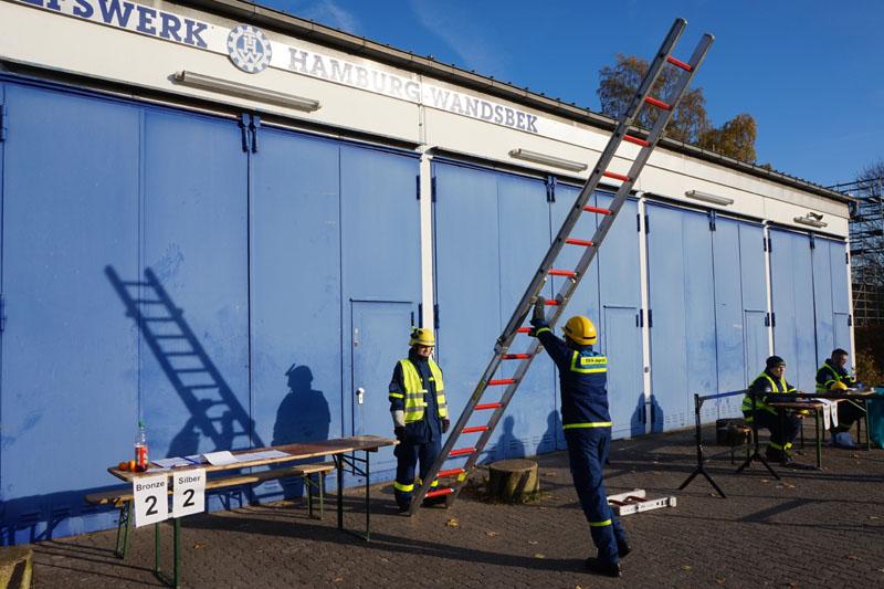 Den sicheren Umgang mit Leitern musste jeder Junghelfer nachweisen.