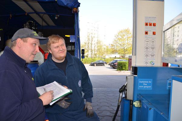 Unser Kraftfahrer Thorsten Minge managte zeitweise den Tankservice an einer zentralen Tankstelle.