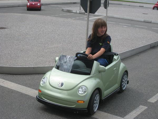 In der Autostadt: Melina macht ihren Kinderführerschein.