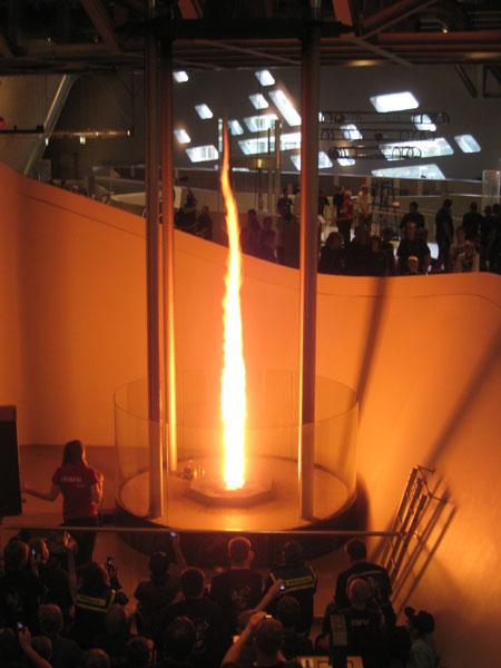 Blauen Nacht im Phaeno: Feuertornado, der in einem sich drehenden Luftwirbel etwa sechs Meter hoch aufsteigt.