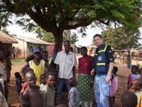 Abstimmung mit einigen Dorfbewohner bezüglich der Entnahme von Wasserproben.
