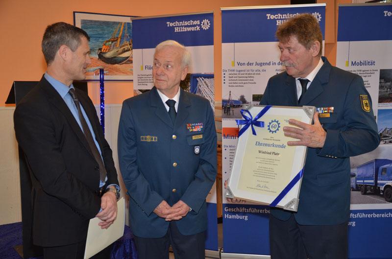 Staatsrat Bernd Krösser, Jubilar Winfried Plate und Ortsbeauftragter Dietwald Jager.