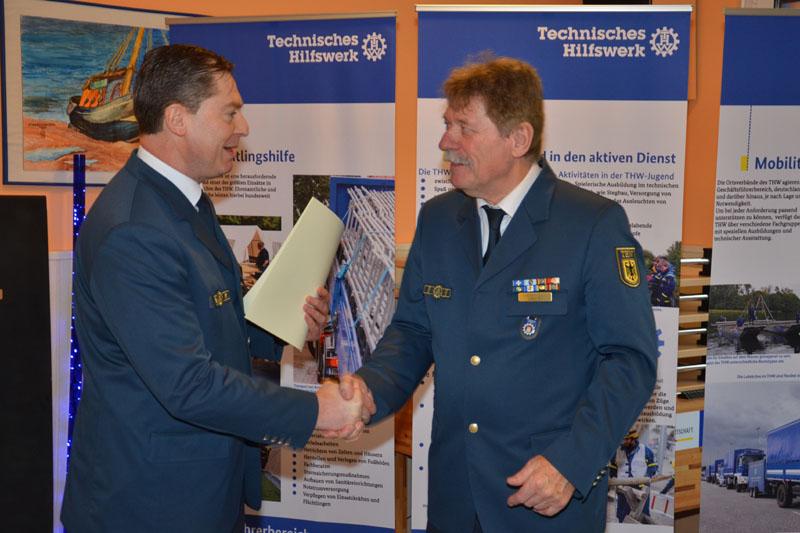 THW-Landesbeauftragter Dierk Hansen übergab Dietwald Jager seine Berufungsurkunde für seine dritte Amtszeit als Ortsbeauftragter.