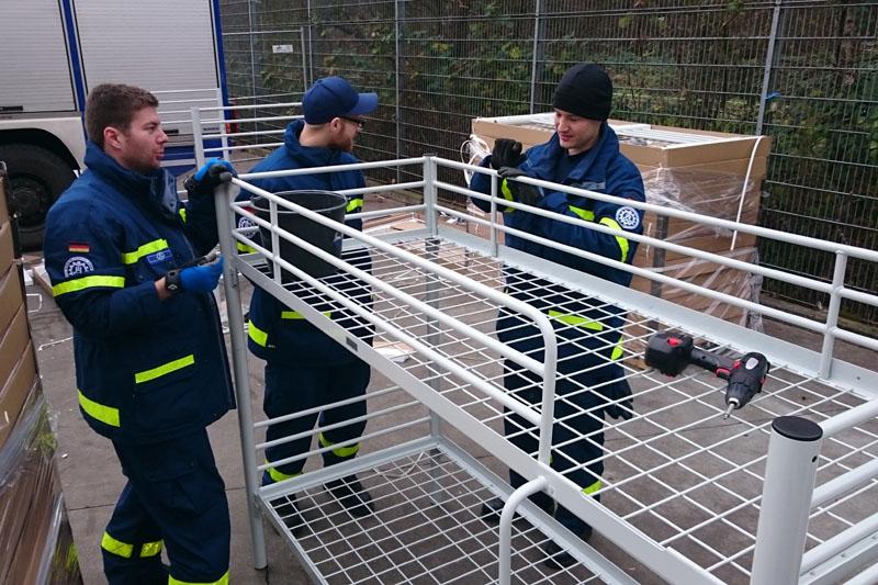 Zusammenbau von Betten in der Notunterkunft in Bergedorf.