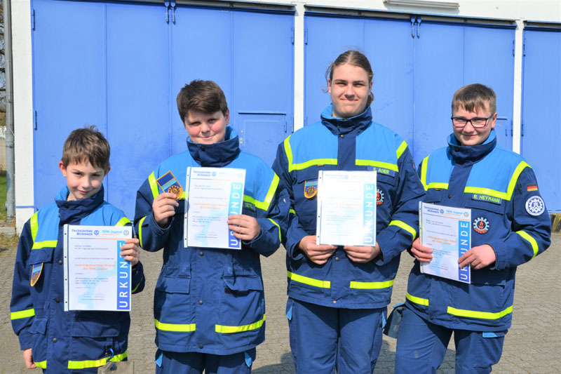 Aus der THW-Jugend Hamburg-Nord erhielten Julius, Ole und Enno das Leistungsabzeichen in Bronze. Robin erhielt das Leistungsabzeichen in Silber.