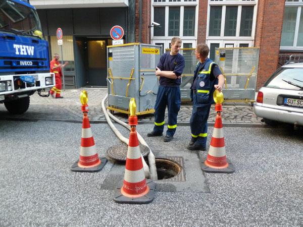 Mit zwei Tauchpumpen wurde das Wasser etwa 8 Meter höher in ein Siel auf der Straße gepumpt.