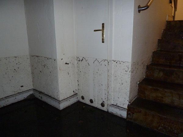 Am Einsatzort Schopenstehl war das Wasser bereits zurückgewichen, hatte aber deutliche Spuren hinterlassen.