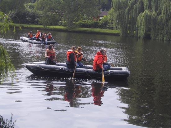 Paddeltour mit zwei Schlauchbooten auf der Alster.
