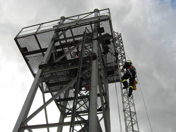 Aufstieg am 12 Meter hohem Übungsturm.