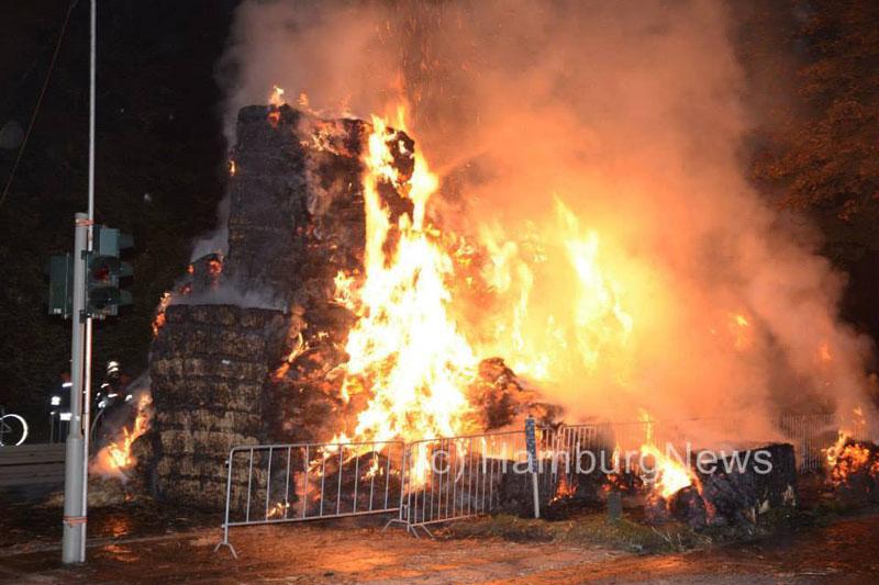Das Feuer griff schnell auf alle ca. 150 Strohballen über.