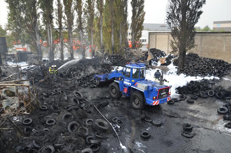 Mit dem Radlader wurden die Reifen für die Nachlöscharbeiten umgeschichtet.