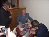 Fregattenkapitän Rainer Engelbert unterzeichnet die Patenschaftsurkunde (links Udo Nagel, mitte Bernd Balzer)