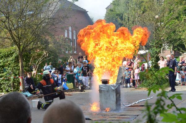"""Traditionell um 11:30 Uhr wurde kräftig geknallt: Mit einer gewaltigen """"Fettexplosion"""" läuteten die Feuerwehrleute ihren Tag der offenen Tür ein."""