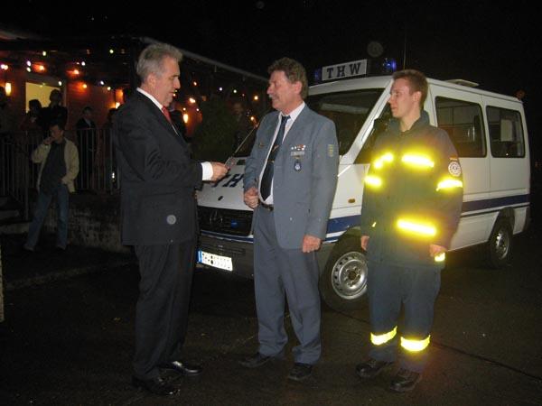 Der stellvertretende Bezirksamtsleiter Harald Rösler übergibt dem Ortsbeauftragten Dietwald Jager die Fahrzeugschlüssel.