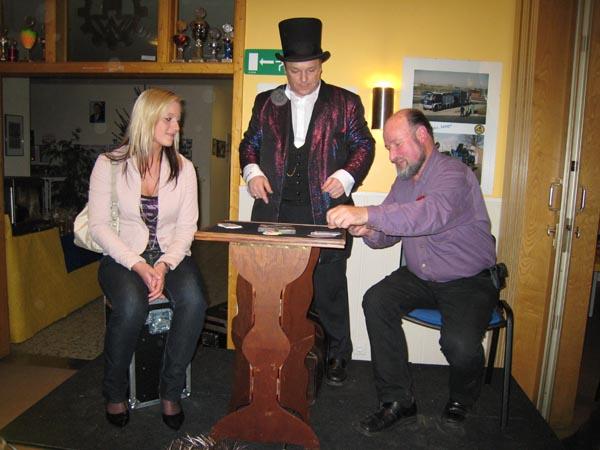 Nach dem Essen verzauberte der Zauberkünstler Bobby Wenzing sein Publikum.