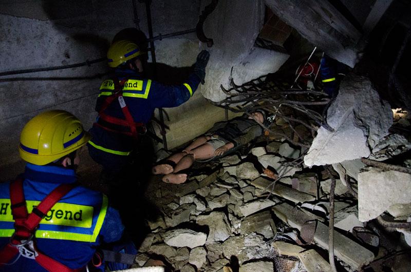 Sehr mühsam müssen Verletzte tief aus den Trümmern gerettet werden.