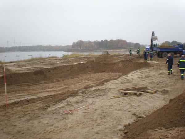 Als Übungsszenario wurde das Ausheben eines Löschwasserauffangbeckens durchgeführt.