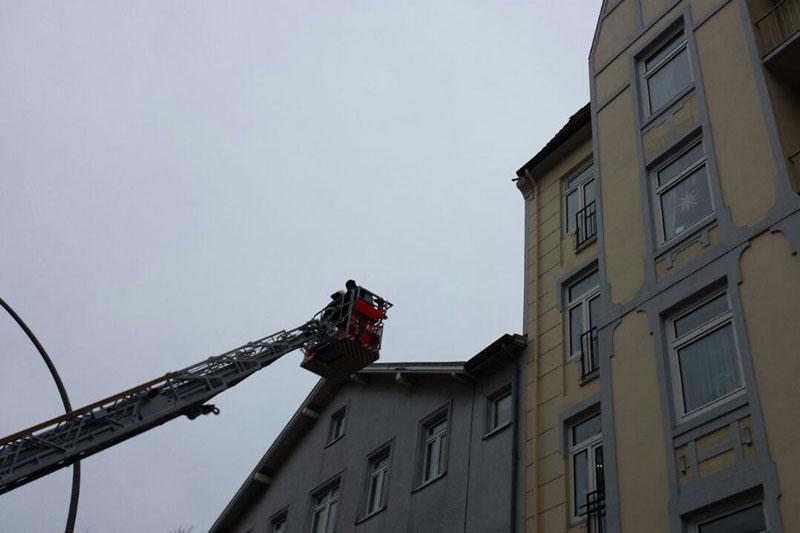 Ein Dachdecker half der Feuerwehr beim Sichern der restlichen Dachziegel.