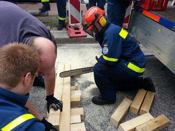 An der Einsatzstelle wurde mit Holz eine zusätzliche Treppenstufe errichtet ...