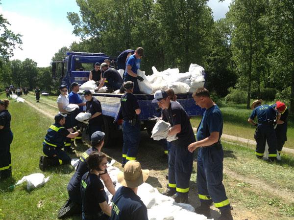 In 24 Stunden transportierten und verbauten die Hilfskräfte in unserm Abschnitt 1 Million Sandsäcke.