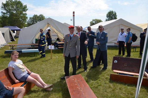 Bei seinem Rundgang nach der Lagereröffnung schaute der Ministerpräsident von Mecklenburg-Vorpommern, Erwin Sellering, auch an unseren Zelten vorbei.