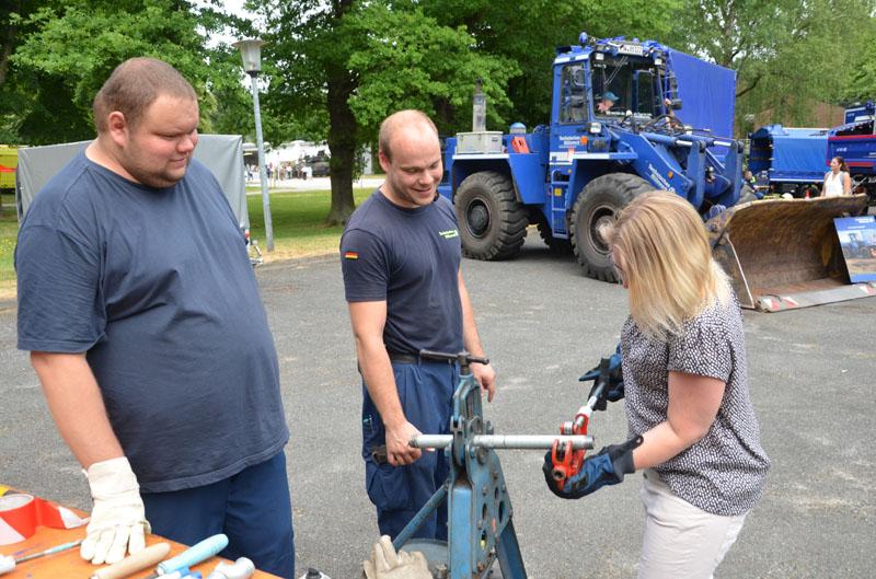 Bei der Fachgruppe Infrastruktur konnte man und Frau ein Rohr Ablängen und ein Gewinde schneiden.