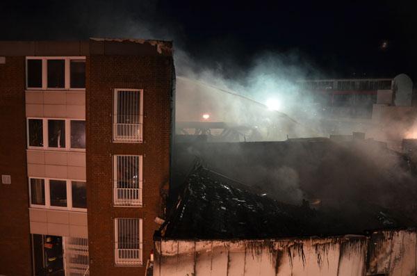 Ein Übergreifen der Flammen auf ein benachbartes viergeschossiges Bürogebäude konnte verhindert werden.