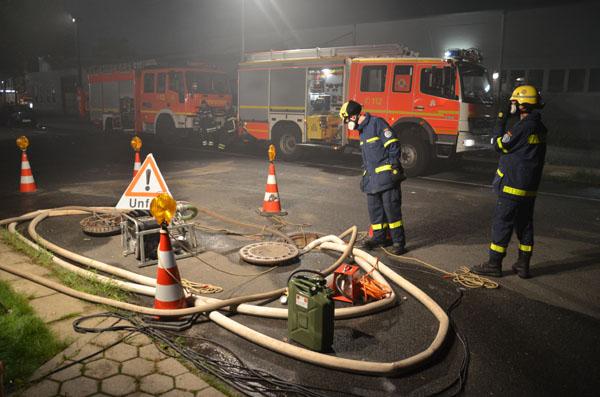 Eine Bergungsgruppe des Ortsverbandes Hamburg-Mitte pumpte das kontaminierte Löschwasser aus dem Regenwassersiel in das Schmutzwassersiel um.